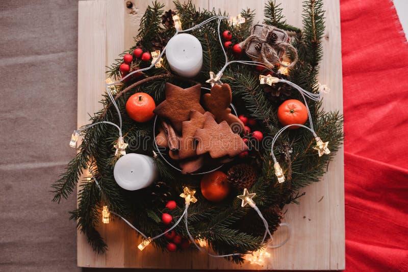 Guirnalda del ` s del Año Nuevo con las galletas del pan de jengibre para el partido de Navidad Torta del árbol de navidad en el  imágenes de archivo libres de regalías