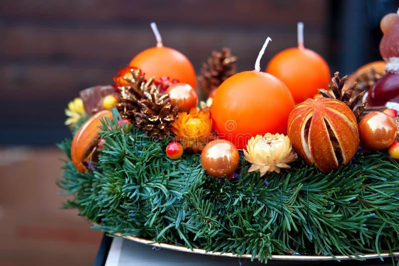 Guirnalda del verde de la Navidad con las decoraciones imágenes de archivo libres de regalías
