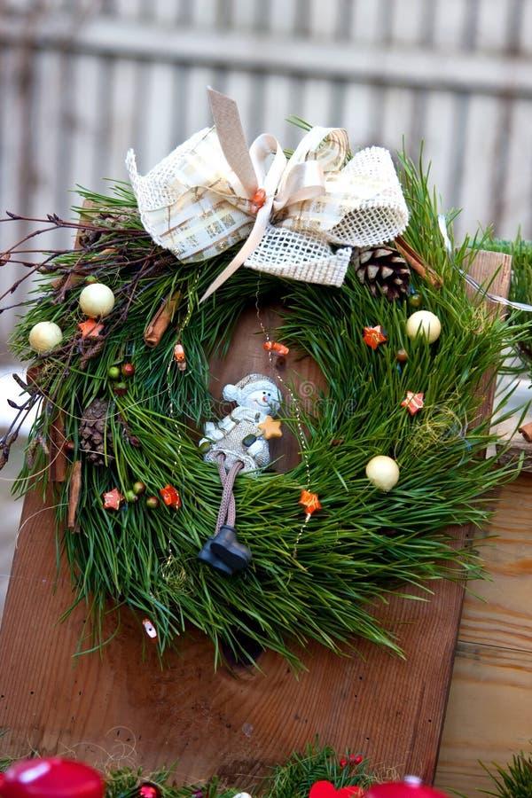 Guirnalda del verde de la Navidad con las decoraciones foto de archivo libre de regalías