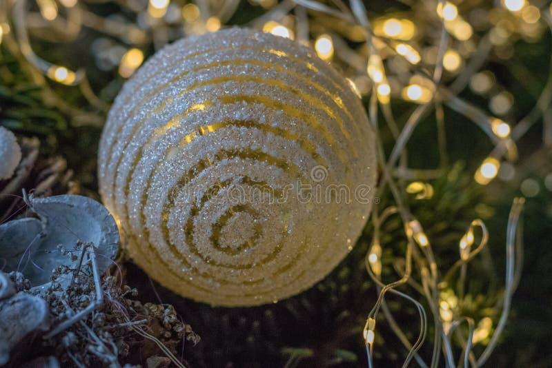 Guirnalda hecha a mano festiva con los conos del pino, la decoración de la Navidad, las cintas y las ramas del abeto en un fondo  foto de archivo