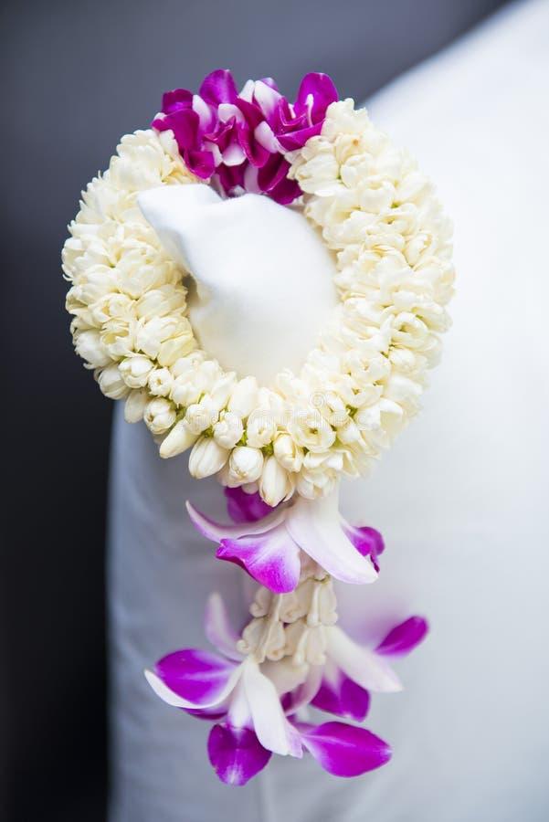 Guirnalda hermosa de la flor con los jazmínes y la orquídea fotografía de archivo