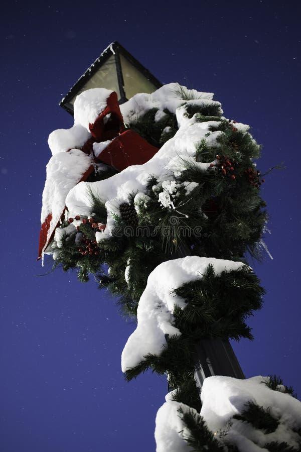 Guirnalda Nevado en los posts de la lámpara fotos de archivo