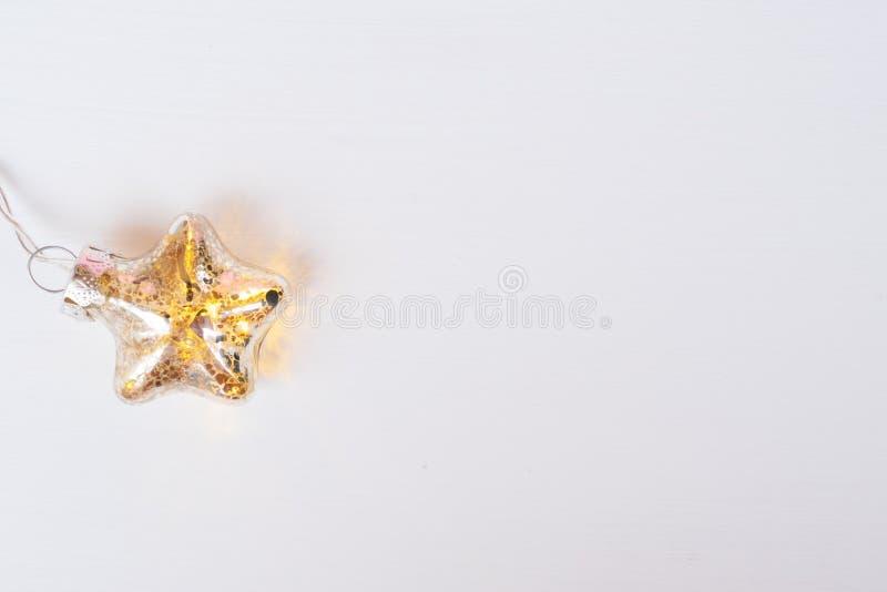 Guirnalda que brilla intensamente de la Navidad en blanco foto de archivo