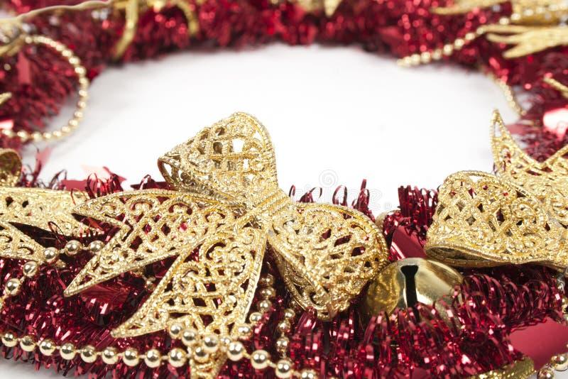 Guirnalda roja de la Navidad aislada en el fondo blanco imagenes de archivo