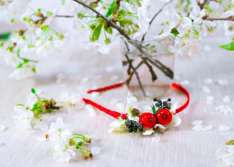 Guirnalda roja fina con la flor de cerezo imagen de archivo