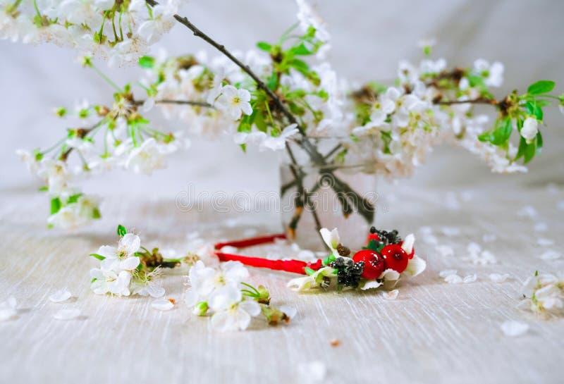 Guirnalda roja fina con la flor de cerezo fotos de archivo libres de regalías