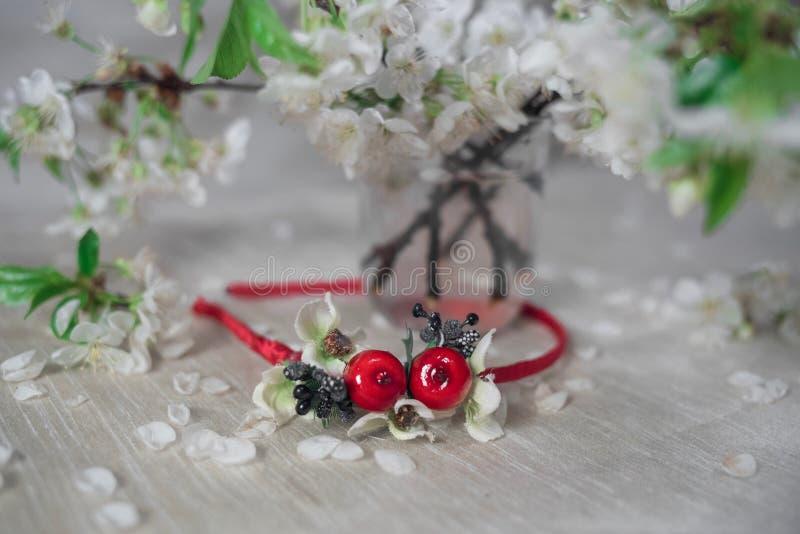 Guirnalda roja fina con la flor de cerezo foto de archivo