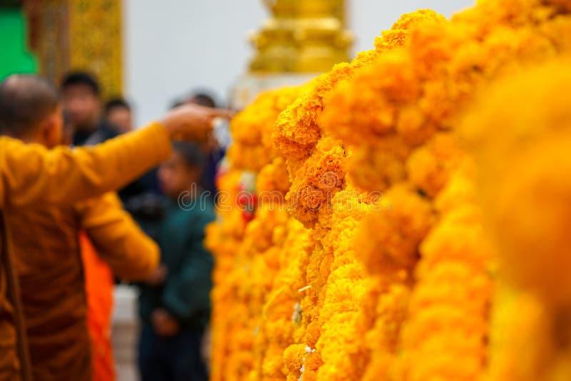 Guirnalda tailandesa en la barricada de la pagoda fotografía de archivo