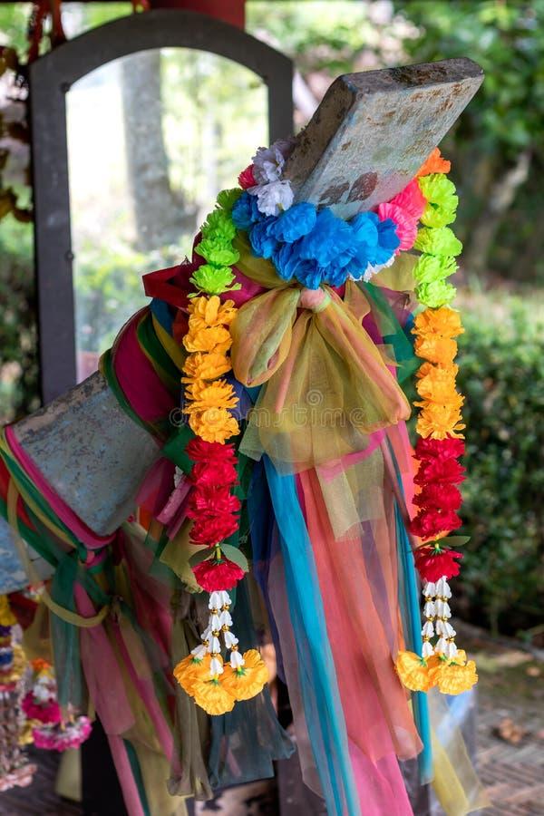 Guirnaldas de flores falsas con el paño coloreado en un hea de madera del barco foto de archivo libre de regalías