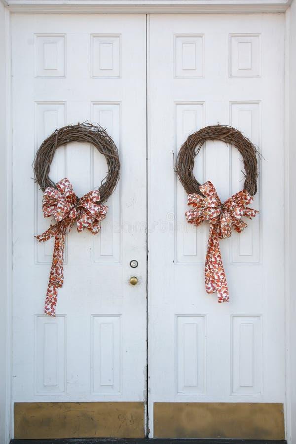 Guirnaldas de la Navidad en puertas fotografía de archivo libre de regalías
