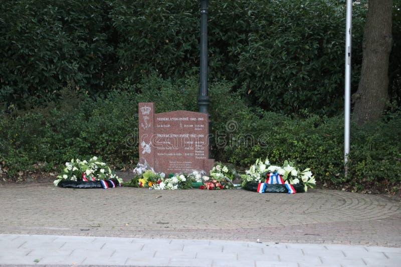 Guirnaldas fúnebres en el monumento después de la conmemoración anual el 15 de agosto fotografía de archivo