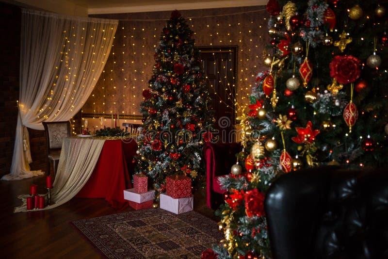 Guirnaldas interiores de las luces del hogar del día de fiesta del árbol de navidad, y decoraciones caseras fotografía de archivo libre de regalías