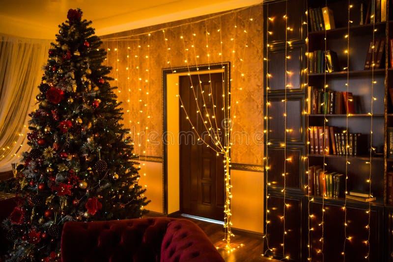 Guirnaldas interiores de las luces del hogar del día de fiesta del árbol de navidad, y decoraciones caseras foto de archivo libre de regalías