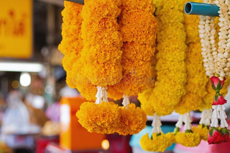 Guirnaldas religiosas de flores amarillas foto de archivo