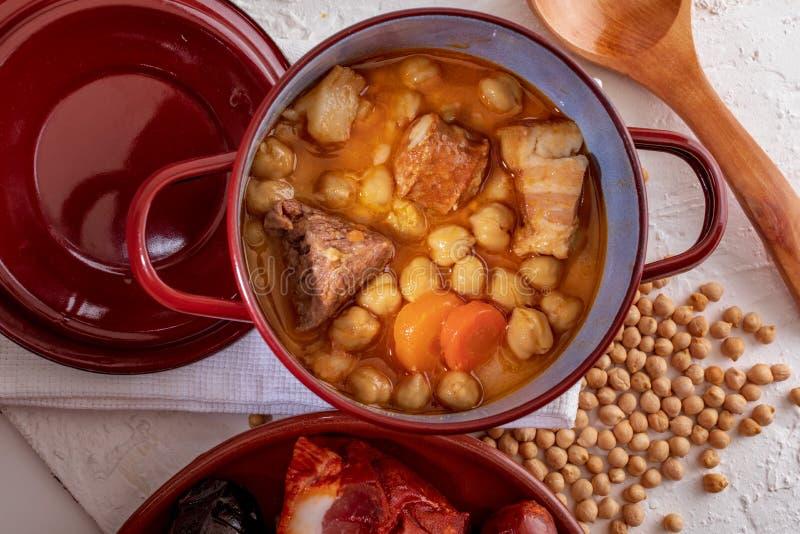 Guisado caseiro do Madri do guisado do grão-de-bico dos grãos-de-bico, da carne e do chouriço dos vegetais, salsicha de sangue, p fotografia de stock