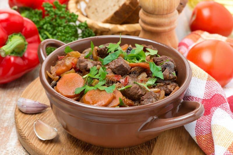 Guisado com carne, ameixas secas, vegetais e salsa fotos de stock royalty free