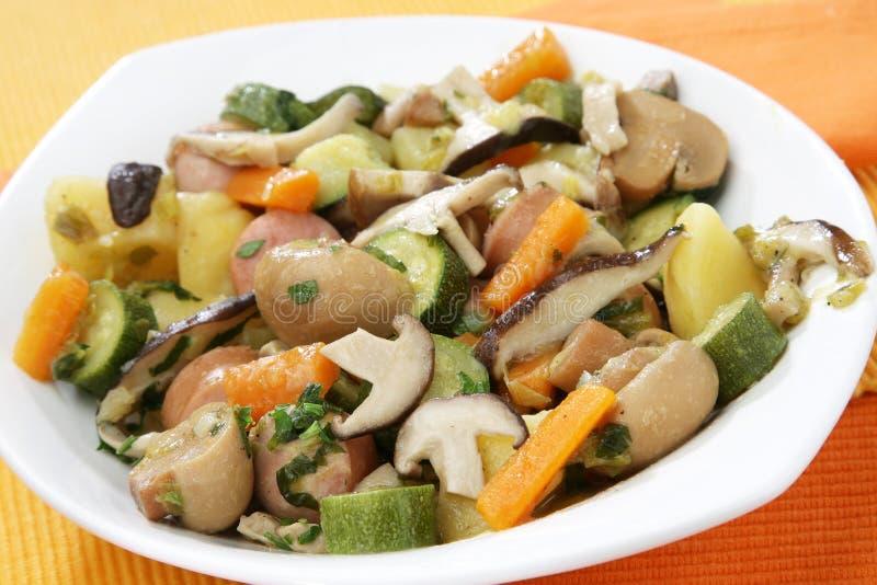 Guisado com cogumelos e vegetais imagens de stock