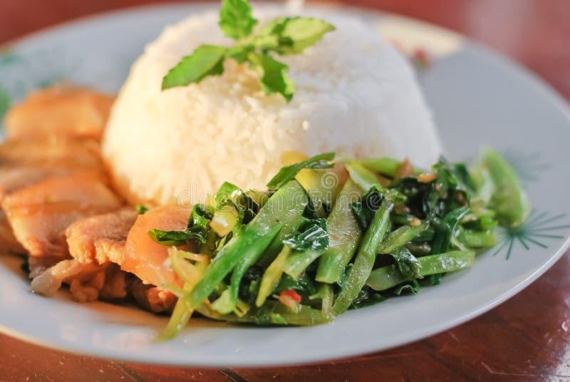 Guisado da carne de porco com arroz e vegetais imagens de stock royalty free