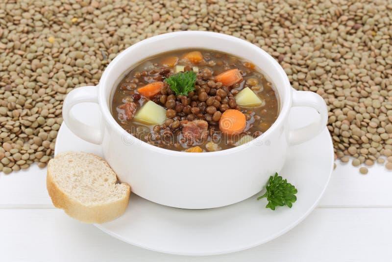 Guisado da sopa de lentilha com as lentilhas frescas na bacia fotos de stock royalty free