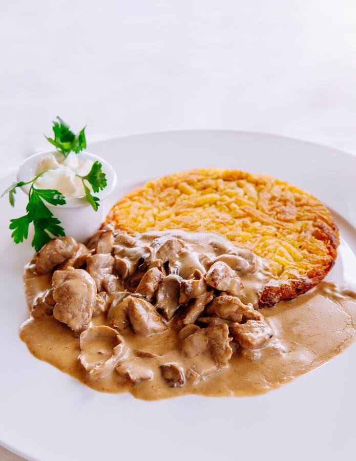 Guisado da vitela do estilo de Zurique e batata do rosti, culinária suíça fotografia de stock