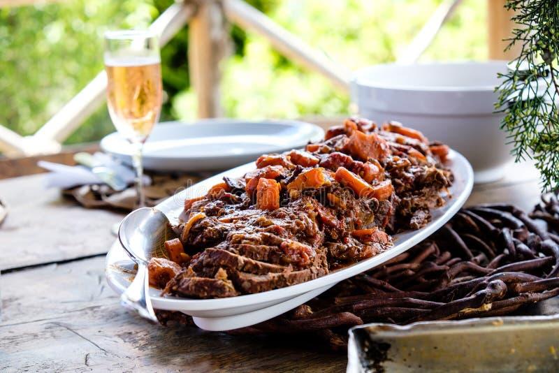 Guisado de carne delicioso em uma tabela exterior com luz natural imagem de stock