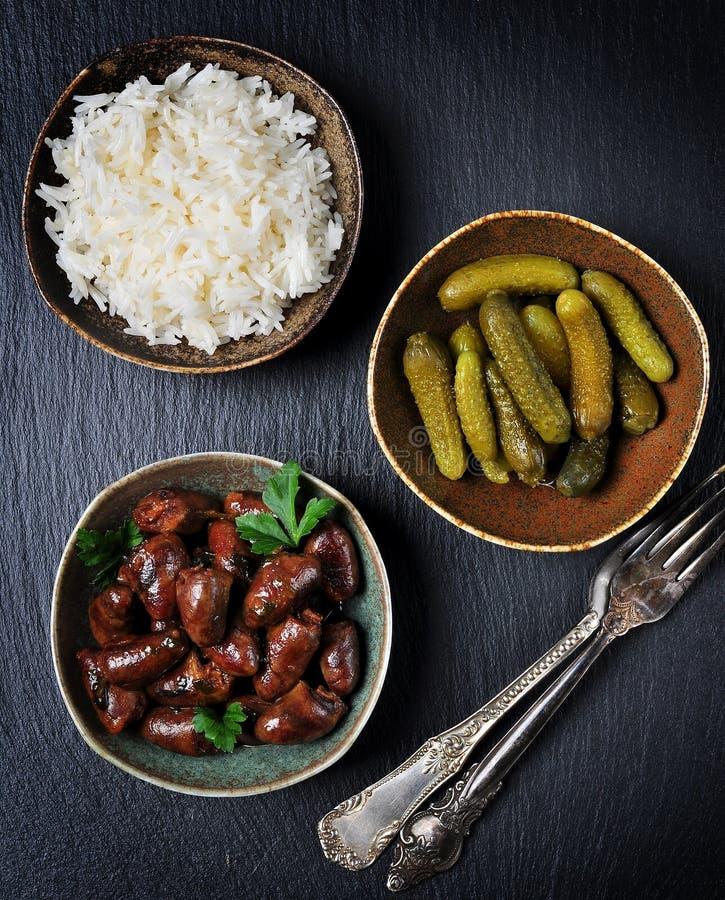 Guisado de galinha do coração no vinho branco, no molho de soja, no alho, no pimentão e na salsa imagens de stock