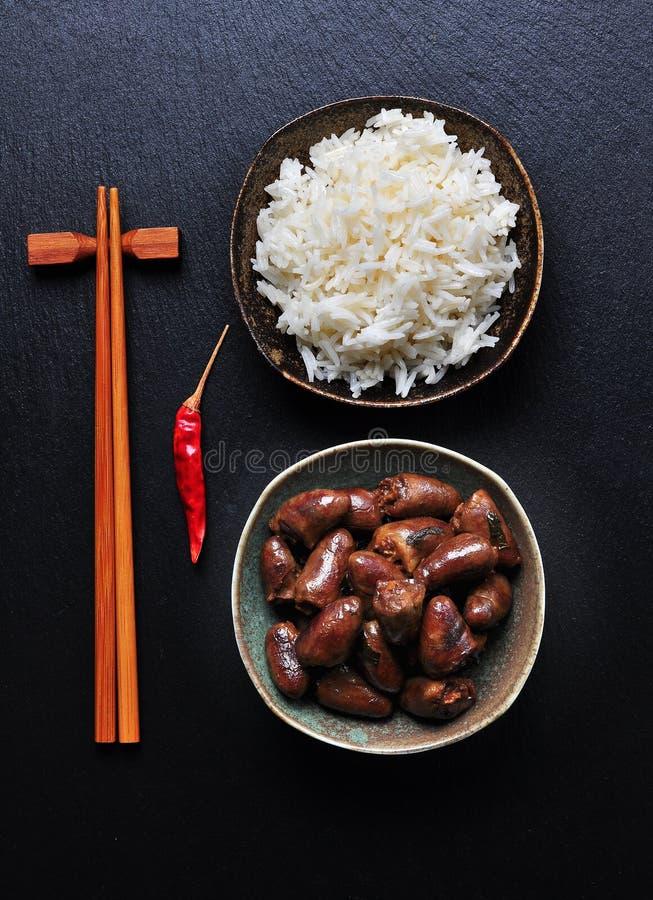 Guisado de galinha do coração no vinho branco, no molho de soja, no alho, no pimentão e na salsa fotografia de stock
