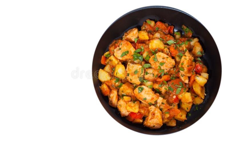 Guisado de la carne con las patatas, la pimienta, la cebolla y la zanahoria en un sartén Visión superior Aislado imagenes de archivo