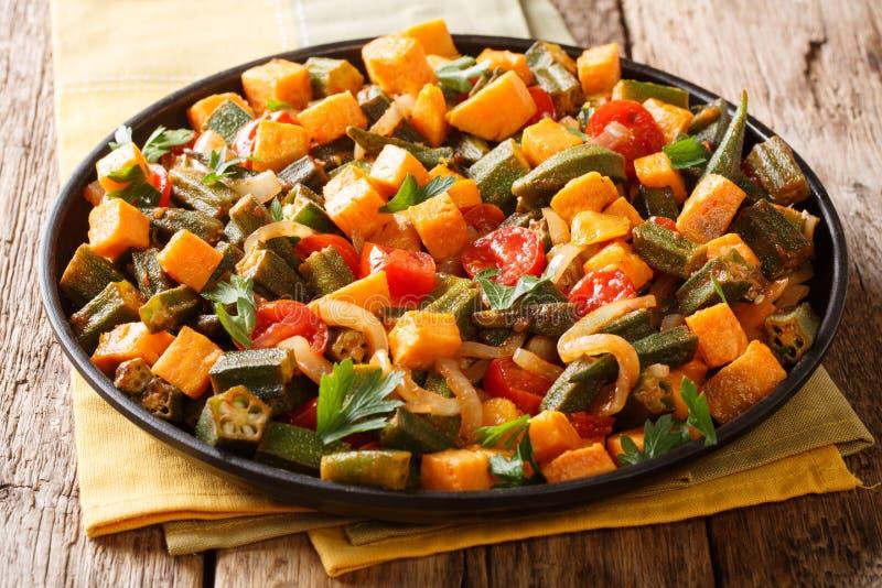 Guisado del quingombó, patata dulce, tomates, cebollas del menú del vegano y fotografía de archivo libre de regalías