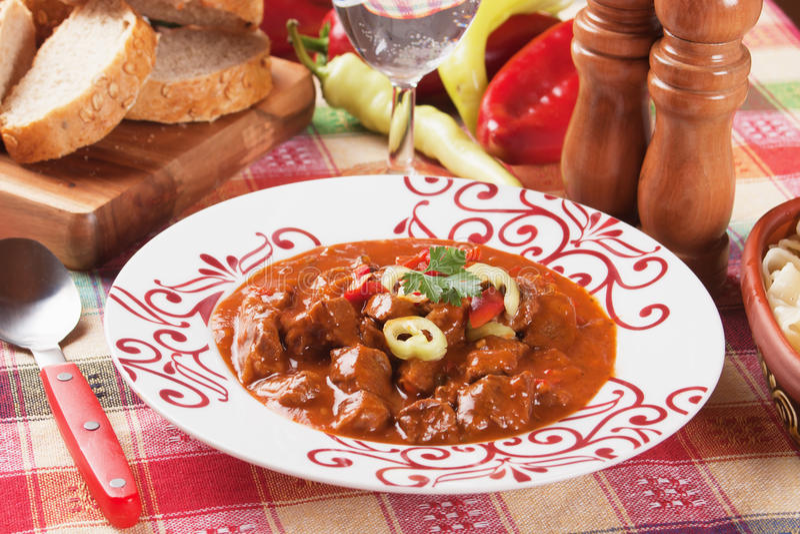 Guisado húngaro da goulash de carne fotos de stock
