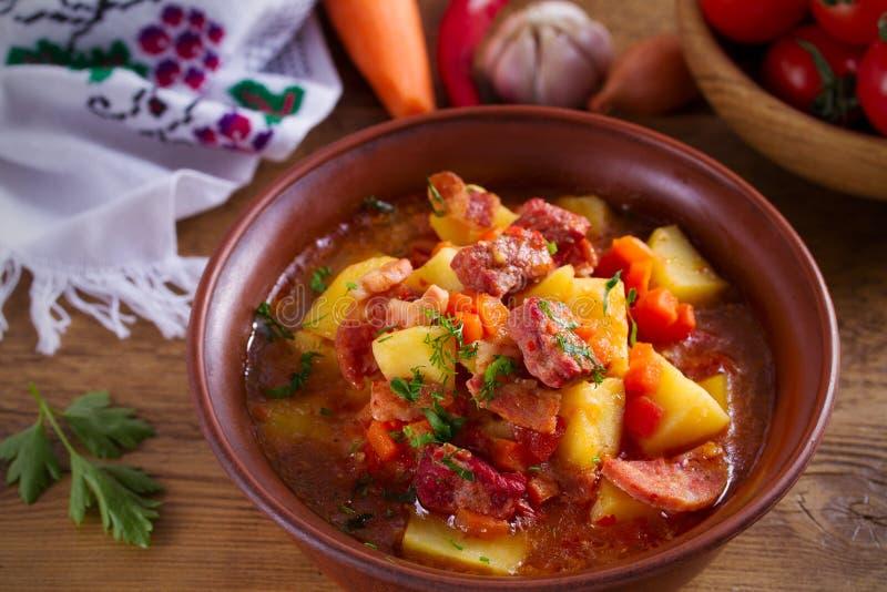 Guisado hecho en casa delicioso Sopa de cocido húngaro en un cuenco en la tabla de madera fotos de archivo libres de regalías