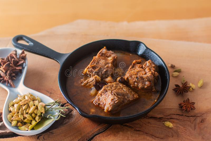 Guisado picante caseiro da carne do conceito do alimento na bandeja w do frigideira do ferro fundido imagens de stock royalty free