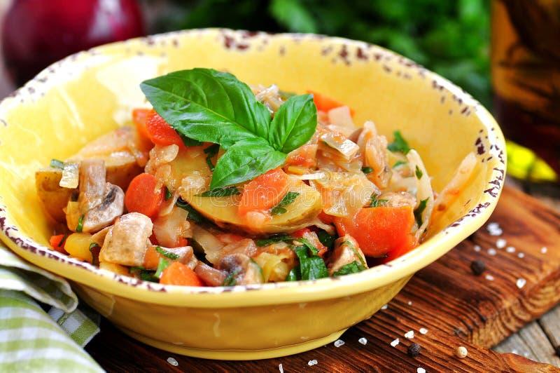 Guisado vegetal com batatas, couve, cenouras, cogumelos e cebolas imagens de stock royalty free