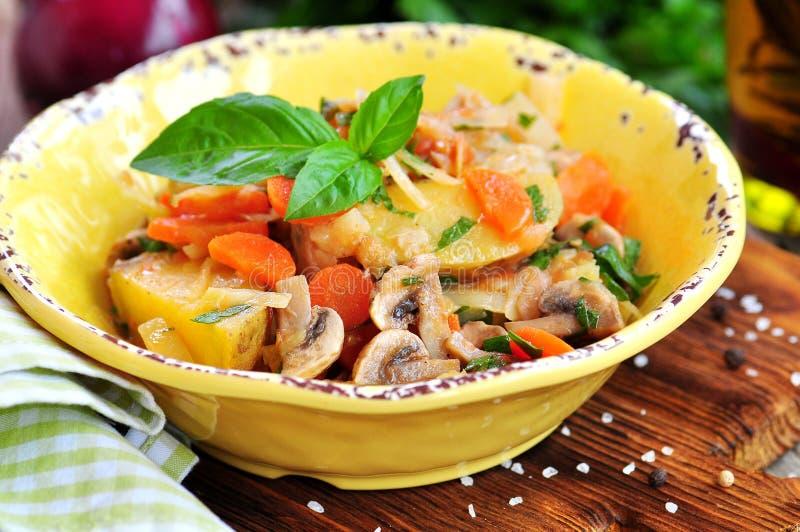 Guisado vegetal com batatas, couve, cenouras, cogumelos e cebolas foto de stock royalty free