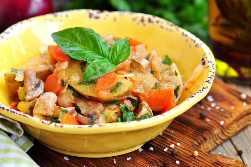 Guisado vegetal com batatas, couve, cenouras, cogumelos e cebolas imagem de stock royalty free