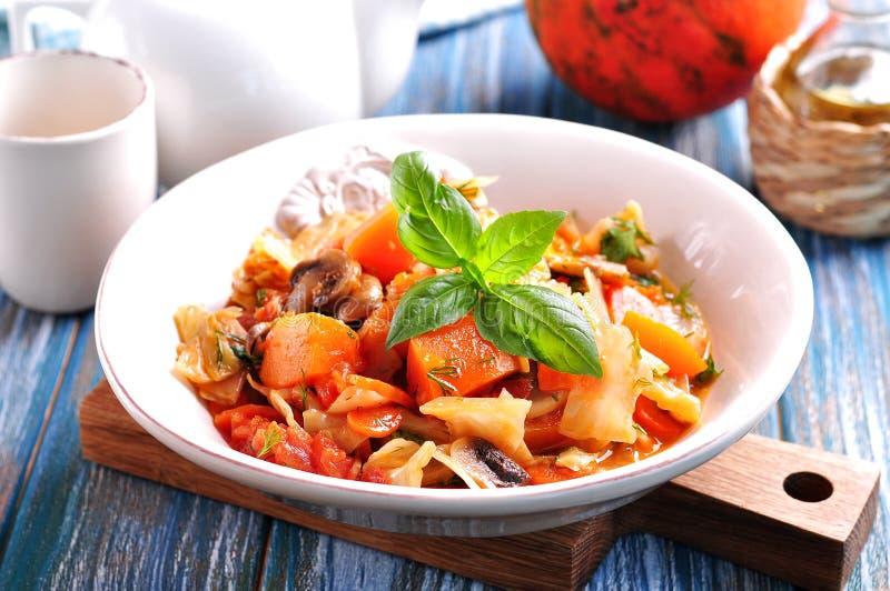 Guisado vegetal com batatas, couve, cenouras, cogumelos e cebolas fotos de stock royalty free
