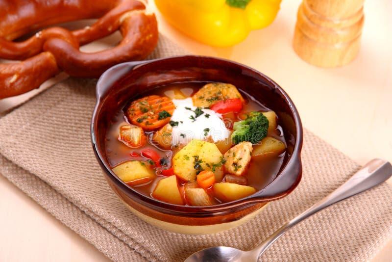Guisado vegetal con el pollo y la patata, pretzel imagenes de archivo