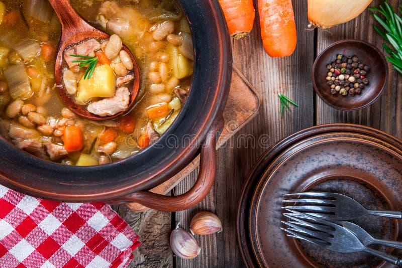 Guisado vegetal con las habas blancas, las patatas, las zanahorias y el pollo imágenes de archivo libres de regalías