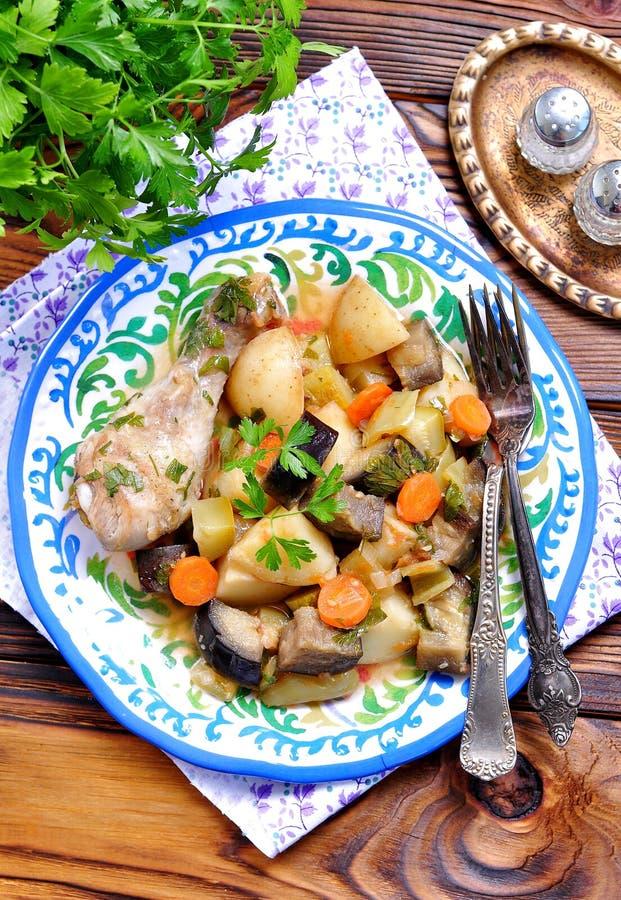 Guisado vegetal da beringela, do abobrinha, das cebolas, das cenouras, dos tomates, do alho e da salsa fotografia de stock royalty free