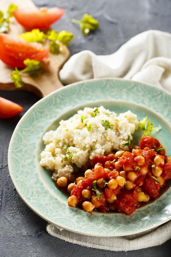 Guisado vegetariano con el tomate y los garbanzos imagen de archivo