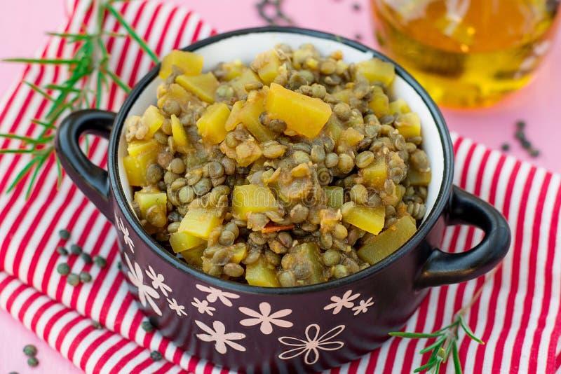Guisado vegetariano del curry de la lenteja de la calabaza con romero imágenes de archivo libres de regalías