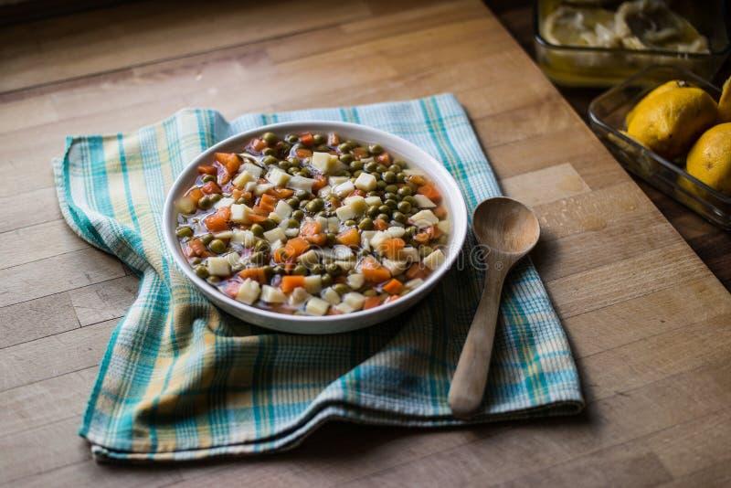 Guisantes frescos de la comida turca con la zanahoria y las patatas imagenes de archivo