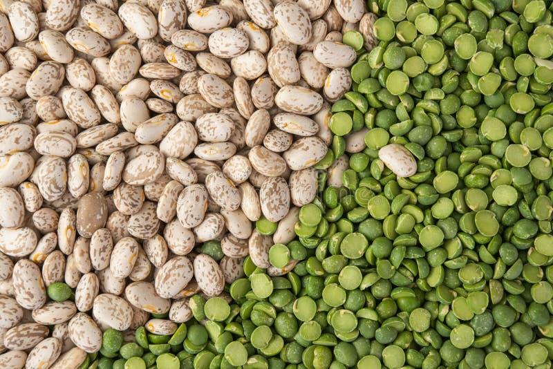 Guisantes partidos verdes y opinión de Pinto Beans Close Up Top Fondo de la comida, alubias secas, familia de legumbre fotos de archivo
