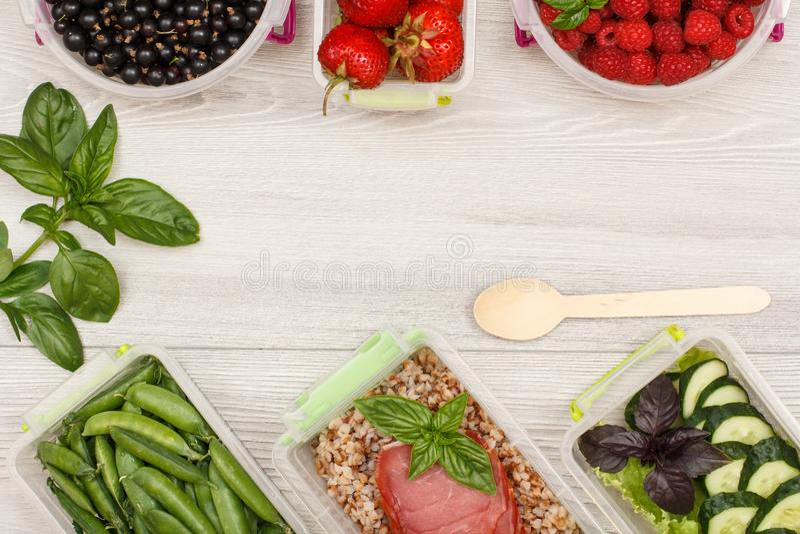 Guisantes verdes de la comida de los envases plásticos de la preparación, con el alforfón hervido p imagen de archivo libre de regalías