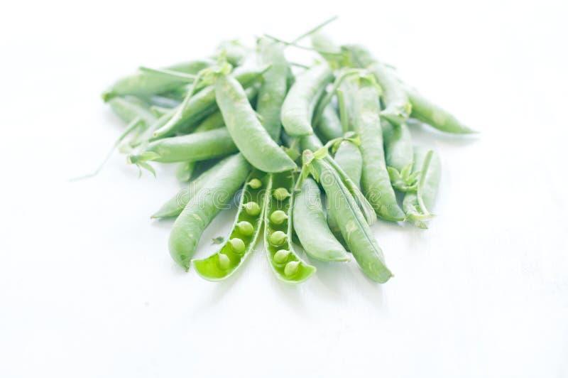 Guisantes verdes frescos en sus vainas fotografía de archivo libre de regalías
