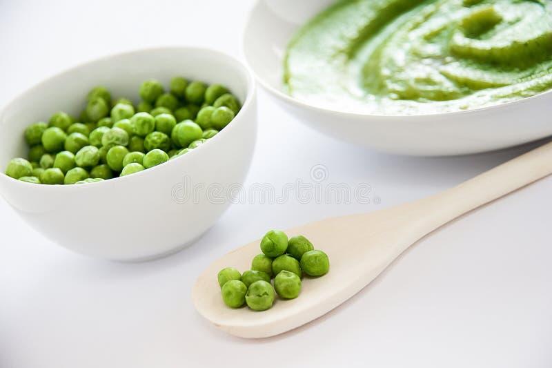 Guisantes verdes y sopa imagen de archivo