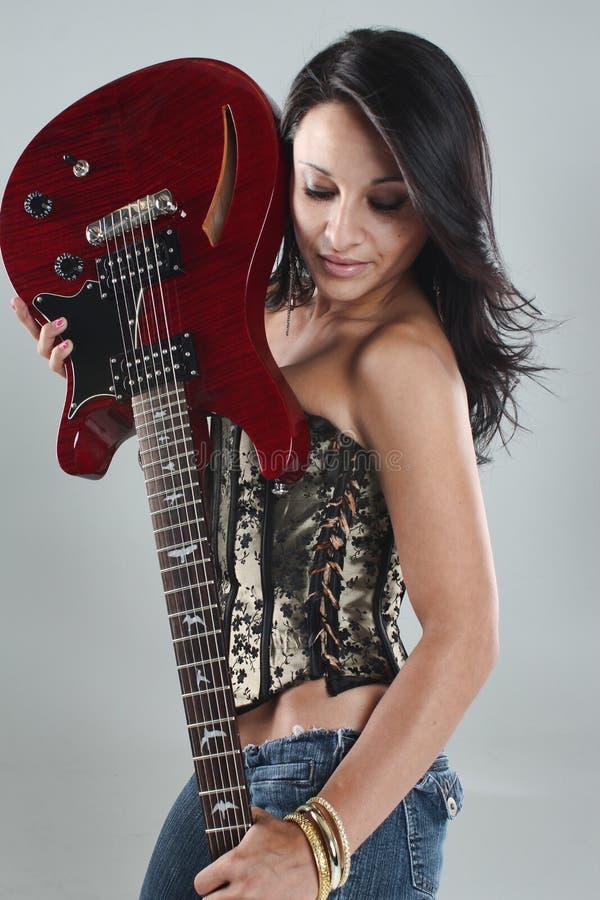 Девушки с гитарами и красными губами