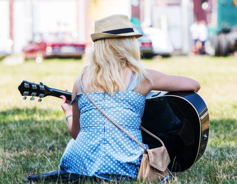 guitar playing woman στοκ εικόνα με δικαίωμα ελεύθερης χρήσης