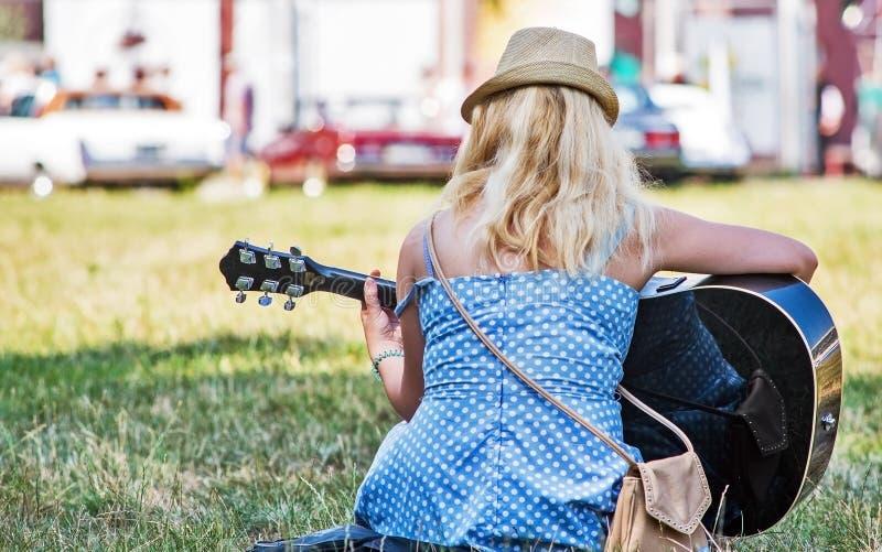 guitar playing woman στοκ φωτογραφίες