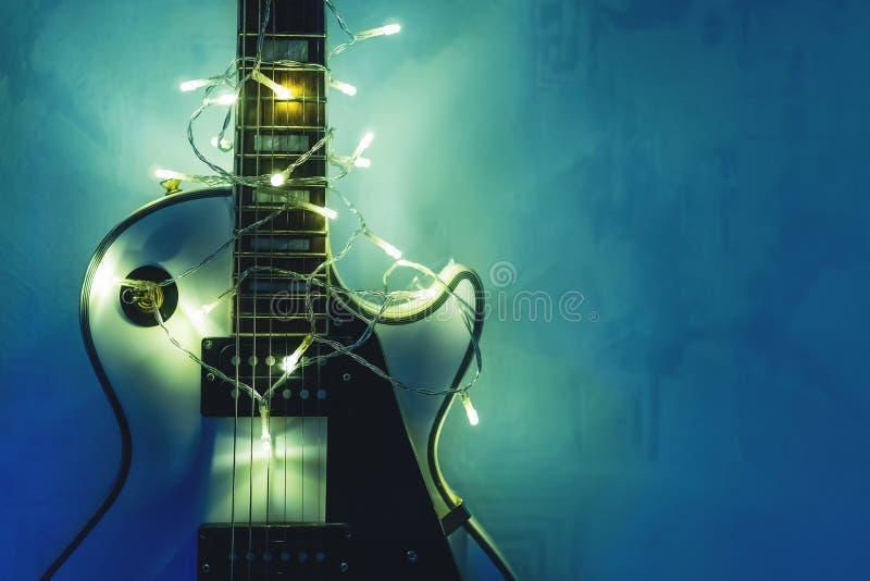 Guitare électrique avec la guirlande allumée photographie stock libre de droits
